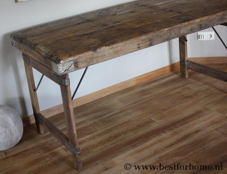 Schoolbenodigdheden op oude houten tafel u stockfoto belchonock